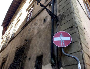 Verkeersborden van Clet Abraham, street art in Florence